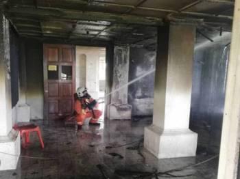 Anggota bomba membantu memadamkan kebakaran di Fort Renee melibatkan sebuah bilik mesyuarat pemimpin masyarakat di tingkat bawah.