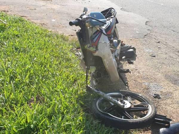Motosikal yang ditunggang mangsa remuk selepas bertembung dengan kereta Perodua Kelisa dalam kemalangan di Jalan Parit, Parit hari ini. - Foto ihsan PDRM