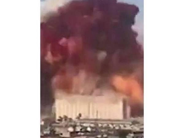 Kepulan asap berwarna jingga kemerah-merahan itu didakwa bukan disebabkan oleh ammonium nitrat. - Foto Agensi