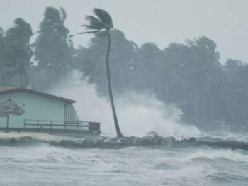 Pihak berkuasa meteorologi meramalkan taufan akan bergerak ke arah barat laut dan beransur perlahan. - Foto Nasional Geographic
