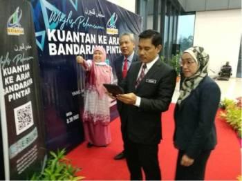 Hamdan mengimbas QR Code dan mengemas kini maklumat melalui E-Billing: Kuantan Ke Arah Bandaraya Pintar sebagai gimik pelancaran inisitif digital diperkenalkan MPK itu hari ini.