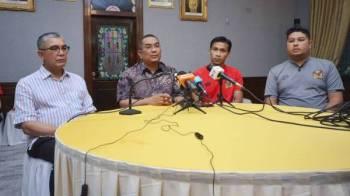 Muhammad Sanusi (dua dari kiri) pada sidang media semalam. Turut kelihatan Timbalan Presiden KFA, Datuk Abdul Rahman Abdullah (kiri), Ketua Pasukan Kedah, Baddrol Bakhtiar (dua dari kanan) dan Ketua Jurulatih Kedah, Aidil Shahrin Sahak.