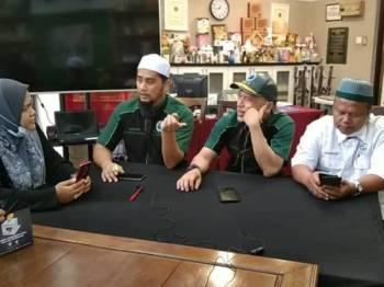 Mohd Asri (dua dari kiri) bersama Nadzim (tiga dari kiri) ketika Facebook Live PPIM bertajuk bertajuk Penguat Kuasa Pilih Bulu, Tohmahan atau Fitnah? hari ini.