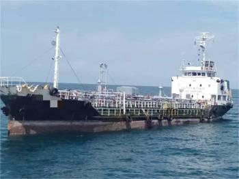 Sebuah kapal tangki ditahan APMM kerana berlabuh tanpa kebenaran Jabatan Laut di perairan Tompok Utara, pantai timur Johor, Kota Tinggi semalam.