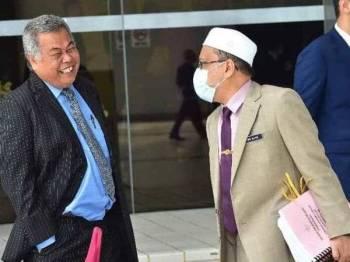 Ahmad (kiri) berbual bersama Exco Kerajaan Tempatan, Perumahan, Kesihatan dan Alam Sekitar Negeri Terengganu, Dr Alias Razak di Wisma Darul Iman, Kuala Terengganu hari ini. - Foto Facebook Ahmad Said