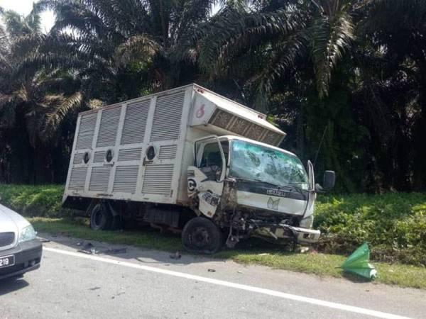 Sebuah lori tiga tan remuk selepas terlibat kemalangan dengan sebuah kereta sehingga mengakibatkan seorang maut di Kilometer 80, Jalan Johor Bahru-Mersing, Kota Tinggi hari ini.