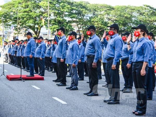 Aminuddin mengetuai bacaan ikrar Rukun Negara pada majlis Sambutan Hari Kebangsaan ke-63 Peringkat Negeri Sembilan semalam.