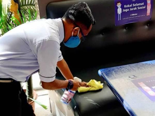 Proses pembersihan dan sanitasi dilakukan secara konsisten di Mesra Mall bagi membendung penularan wabak Covid-19 serta memastikan keselamatan pengunjung.