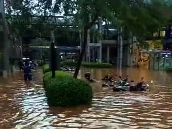 Motosikal yang tenggelam di sekitar Masjid Jamek hari ini.Foto: JBPM KL