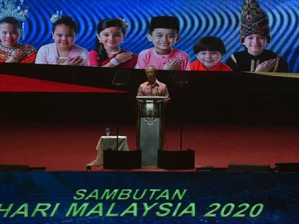Muhyiddin menyampaikan amanatnya sempena Sambutan Hari Malaysia 2020 ke-57 Peringkat Kebangsaan di Stadium Tertutup Sibu malam tadi. -Foto: Ihsan JaPen