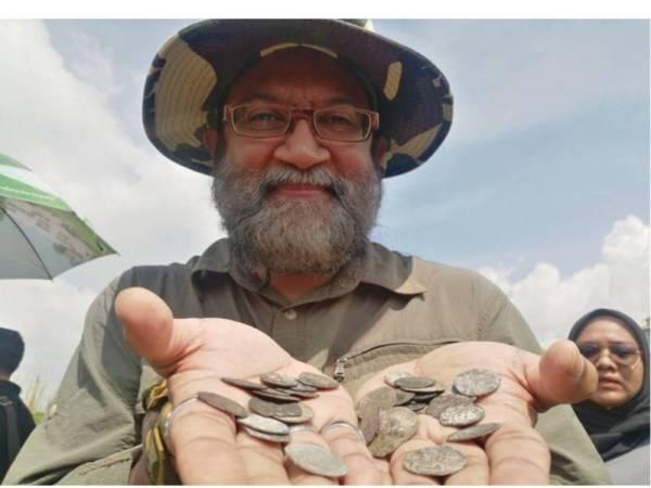 Dionysius menunjukkan duit syiling Portugis dan Belanda yang ditemui di kawasan semak Paya Bakau di Melaka Raya, di sini, hari ini.