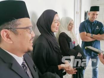 Noor Nabila (dua dari kiri) dan Sharnaaz (kanan) bersama peguam mereka ketika ditemui selepas selesai prosiding hari ini.