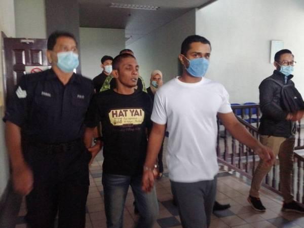 Satish (kanan) dan G Vincent Lawrence keluar dari Mahkamah Tinggi Melaka semalam selepas dibebaskan atas pertuduhan itu.