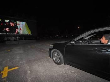 Zahidi melihat filem Paskal pada majlis perasmian Cinedrive (Drive In Cinema) di One Utama malam ini. - Foto Bernama
