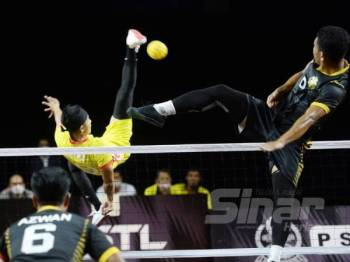 Aksi pemain Perak Bison dan Selangor Piston dalam saingan Sumbangsih sebentar tadi. - FOTO ROSLI TALIB
