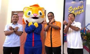 Reezal Merican (dua dari kiri) bersama maskot Sukma selepas mempengerusikan Mesyuarat Jawatankuasa Tertinggi Sukma Johor 2020 di Bangunan Dato' Jaafar Muhammad, Iskandar Puteri hari ini.