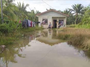Keadaan rumah Mohd Helmi di Kampung Sungai Janggut, Kuala Selangor yang dimasuki air hari ini berikutan fenomena air pasang besar.