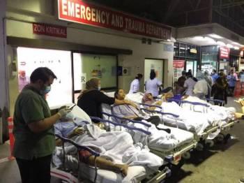 Kesemua pesakit dan petugas HKL kembali ke wad masing-masing bermula jam 12.48 tengah malam tadi.