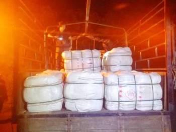 Sebanyak 30 guni pakaian bundel bernilai RM75,000 dirampas oleh PGA Batalion 7 Kuantan selepas menahan sebuah lori di jalan Pohon Tanjung - Pasir Mas di Rantau Panjang.