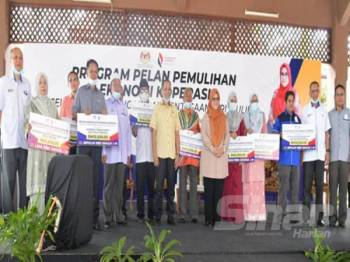 Mas Ermieyati ketika majlis penyampaian replika kepada wakil koperasi sempena Program Eksplorasi Koperasi Terengganu dan Pelancaran Program Pulih di Dewan Terbuka Kuala Besut semalam.