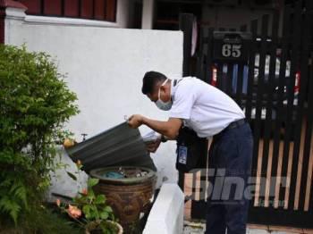 Penguat kuasa Jabatan Kesihatan Johor melakukan pemeriksaan di kawasan tempat pembiakan nyamuk aedes yang sebelum ini mencatatkan kes yang tinggi di Bandar baru Uda, Johor Bahru semalam.