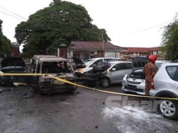 Beberapa kenderaan yang terbakar dalam kebakaran di hadapan Sekolah Tinggi Perempuan Melaka di Durian Daun awal pagi tadi.