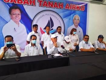 Yusuf (tengah) ketika sidang media di Pejabat Exco Penerangan, Pusat Komersial Palm Square, Kinarut, Papar.