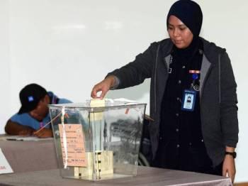 Anggota polis mengundi awal ketika Pilihan Raya Kecil (PRK) Parlimen Sandakan pusat pengundian awal di Rumah Kelab Ibu Pejabat Polis Daerah (IPD) Sandakan.  - Foto Bernama (Gambar hiasan)