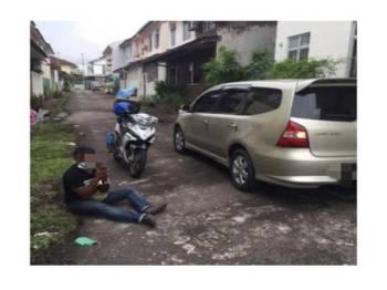 Salah seorang suspek yang dịtahan kerana memecah masuk sebuah rumah di Taman Bukit Indah, Iskandar Puteri kelmarin.