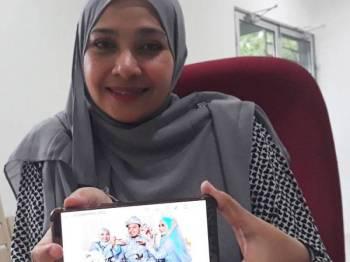 Rosyilah menunjukkan foto majlis perkahwinan suaminya bersama Nurul Ain yang diadakan pada Ahad lalu di Kampung Kubang Palas, Kuala Nerang.