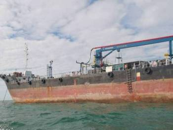 APMM Johor menahan sebuah kapal muatan minyak mentah dari Singapura kira-kira 4.5 batu nautika tenggara Tanjung Piai, Pontian semalam.