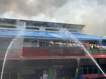 63 anggota tambahan daripada enam BBP dan enam PBS turut dikerah membantu mengawal kebakaran yang berlaku sejak petang tadi di Pekan Selama hari ini. - Foto bomba