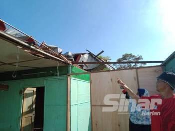 Yusuf ketika ditemui pemberita di Kampung Limau Manis, Sepang hari ini menunjukkan sebahagian bumbung rumahnya yang hilang diterbangkan angin kuat dalam kejadian ribut kelmarin.