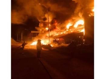 Sebuah kilang barangan kitar semula di Taman Perindustrian Tiram yang terbakar.