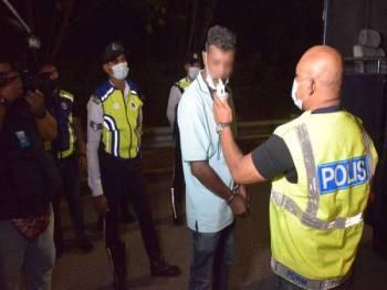 Seorang wanita berusia 23 tahun turut ditahan kerana positif dadah.