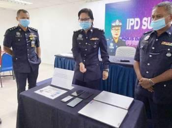 Shafa'aton menunjukkan antara barang rampasan susulan penangkapan sepasang suami isteri di Ampang, Khamis lalu.