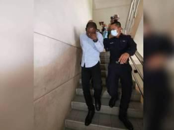 G Viswanathan (kiri) dibawa ke Mahkamah Sesyen Johor Bahru hari ini atas tuduhan menganiaya anaknya tiga tahun lalu.