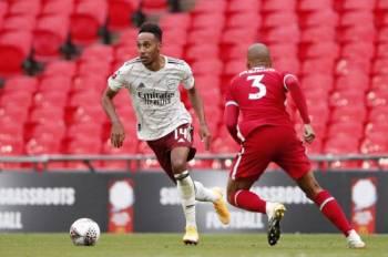 Aksi Pierre-Emerick Aubameyang (kiri) ketika cuba melepasi pemain Liverpool, Fabinho pada aksi Perisai Komuniti di Stadium Wembley pada hujung Ogos lalu.