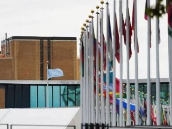 Bendera Pertubuhan Bangsa-Bangsa Bersatu (PBB) berkibar di luar ibu pejabat PBB di New York, Amerika Syarikat. (Xinhua/Wang Ying)