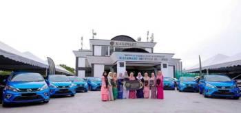 Sultan Ibrahim mengurniakan kereta Perodua Myvi kepada 10 jururawat yang bertugas di Wad Diraja Hospital Sultanah Aminah (HSA) di Johro Bahru bagi menzahirkan penghargaan atas khidmat mereka kepada baginda dan Keluarga DiRaja Johor.