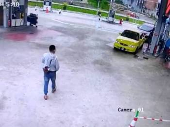 Aksi suspek mendekati kereta mangsa berjaya dirakam CCTV sebelum rakaman itu dimuatnaik nerizen dan tular di laman sosial Facebook, sejak semalam.