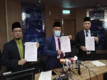Tosrin (tengah) bersama Yahaya (kiri) dan Md Rofiki menunjukkan warta fahaman Hizbur Tahrir yang bercangggah dengan pegangan Ahli Sunnah Wal Jamaah oleh Jawatankuasa Fatwa Negeri Johor di Pusat Islam Iskandar Johor Bahru hari ini.