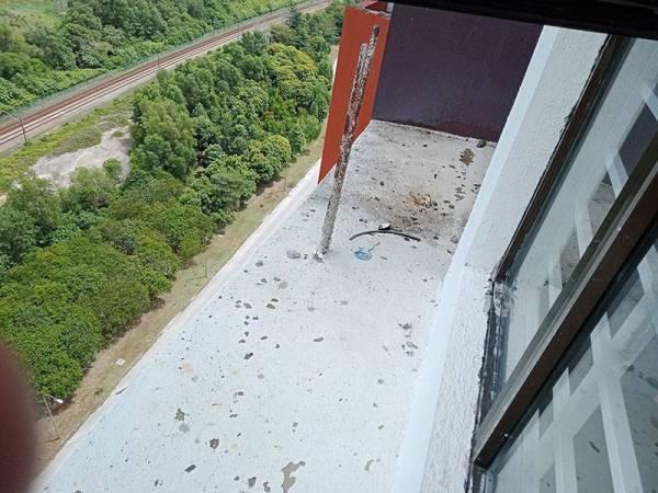 Besi binaan yang kelihatan pada bahagian luar unit rumah PPAM, Putrajaya hari ini.