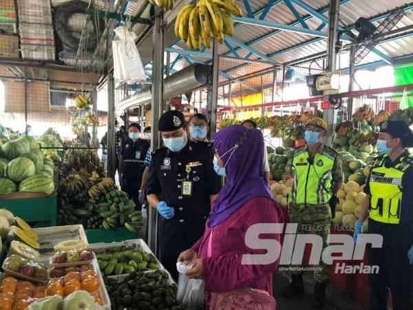 Mohd Haris mengetuai Ops Bersepadu Pematuhan Covid-19 di Pasar Borong Tani, Penampang.