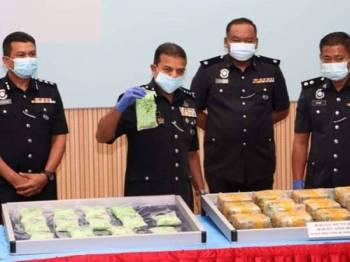 Ayob Khan menunjukkan syabu yang dirampas dalam operasi susulan di kawasan pantai dan kebun kelapa sawit pada sidang media di IPK Johor hari ini.