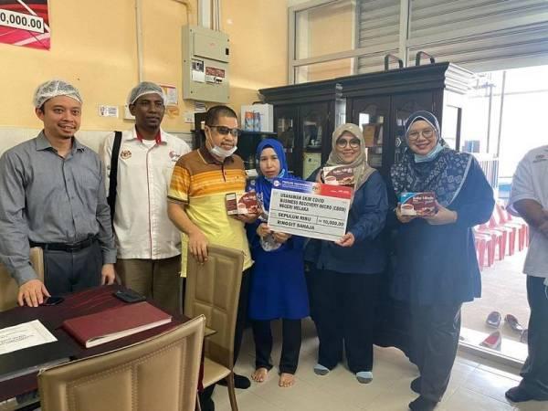 Ketua Pegawai Eksekutif Koko Minda, Salim Salleh (tiga dari kiri) sewaktu menerima kunjungan daripada pihak Tekun Nasional baru-baru ini ke premis kilangnya di Merlimau, Melaka.