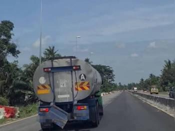 Lori tangki dipandu seorang lelaki secara berbahaya di Jalan Persekutuan Klang - Teluk Intan berhampiran Sungai Haji Dorani, Sungai Besar tular hari ini.