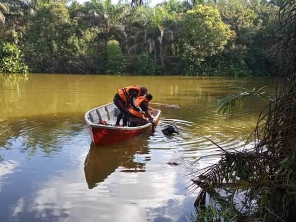 Pasukan Mencari dan Menyelamat di Air (PPDA) melakukan pencarian di sekitar kawasan mangsa jatuh ke dalam sungai.