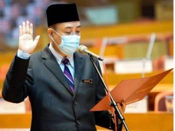 Hajiji mengangkat sumpah sebagai ADUN Sabah di Dewan Mesyuarat DUN Sabah.