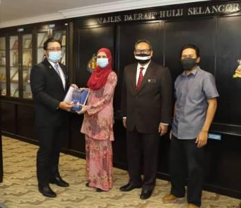 Mohd Azhar menyampaikan penghargaan kepada wakil MDHS yang berjaya membawa pulang anugerah emas di pertandingan RISTEx yang diadakan bulan lalu.